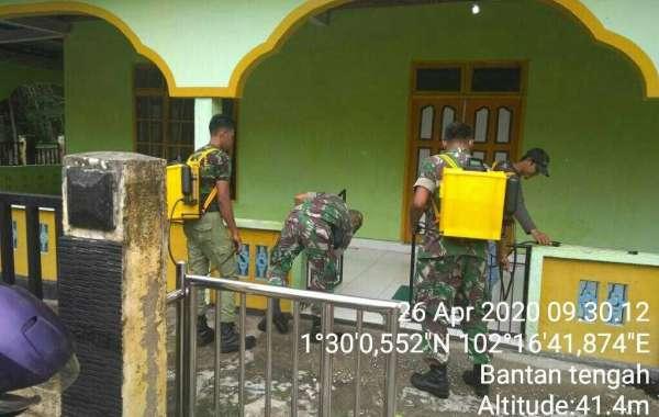 Anggota Koramil 01/Bengkalis Bersama Aparat Desa Bantan Tengah Semprot Disinfektan dan Sosialisasi Karhutla