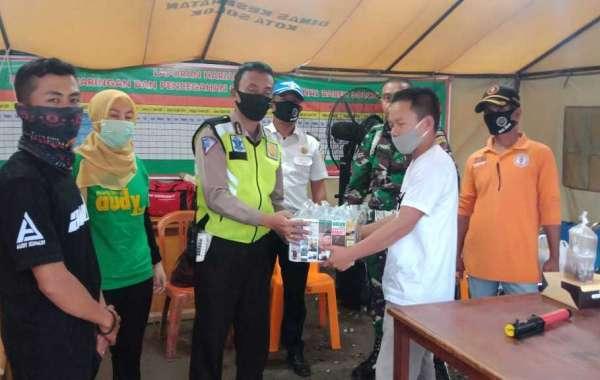 Bacalon Gubernur Sumbar Audy Joinaldy Berbagi Takjil Pada Petugas Posko PSBB