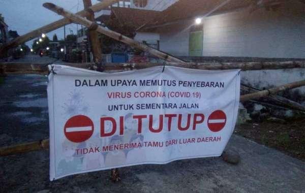 Semakin bertambahnya masyarakat yang terjangkit positif Virus Corona di OKU Timur, warga tutup akses utama jalan Desa