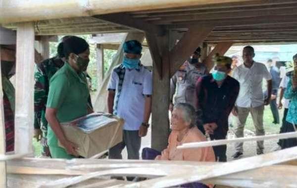 Hidup Sebatang Kara, Nenek Wa Bula Terima Bantuan Dari Mayjen Andi Sumangerukka