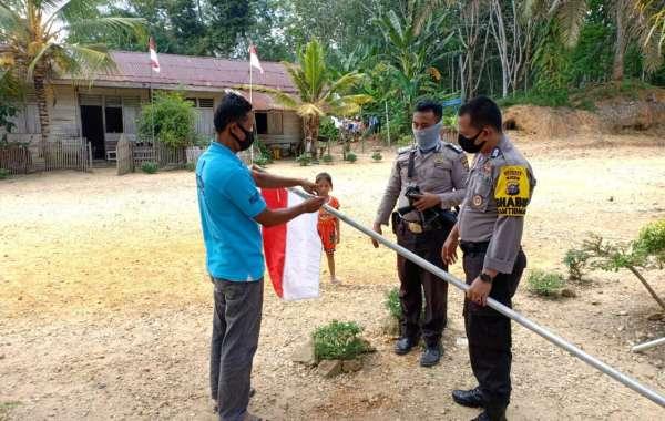 Kapolres Kuansing Dan Jajaran Bersama Warga Pasang Bendera Dan Umbul-Umbul