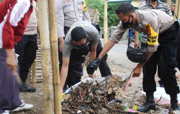 Ciptakan Lingkungan yang Lebih Bersih dan Sehat, Anggota Polres Turun Bantu Masyarakat Bersihkan Lingkungan di Desa