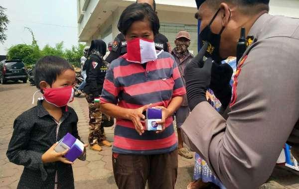 Polda Banten Bagikan Ratusan Masker