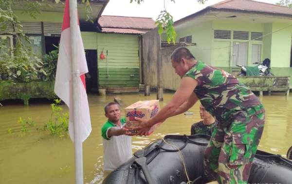 Rasa Senasib,Dandim Putusibau Bantu Personil Kodim Terdampak Banjir