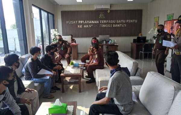 Polisi Kawal Audensi Di Kejati Banten