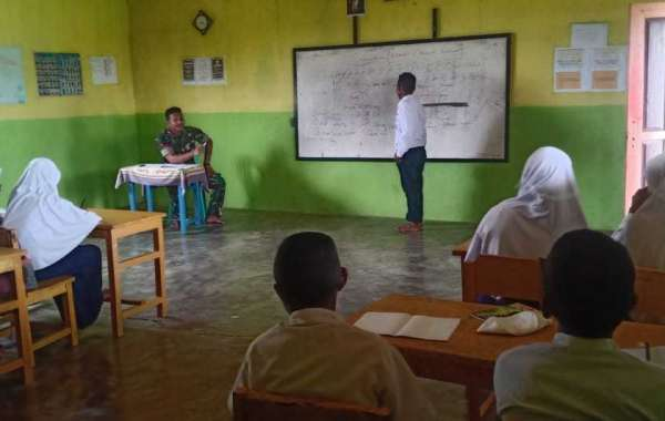 Satgas Yonarmed 9 Kostrad Mengajarkan Ilmu Baca Tulis Al-Quran di MTs Waisakai