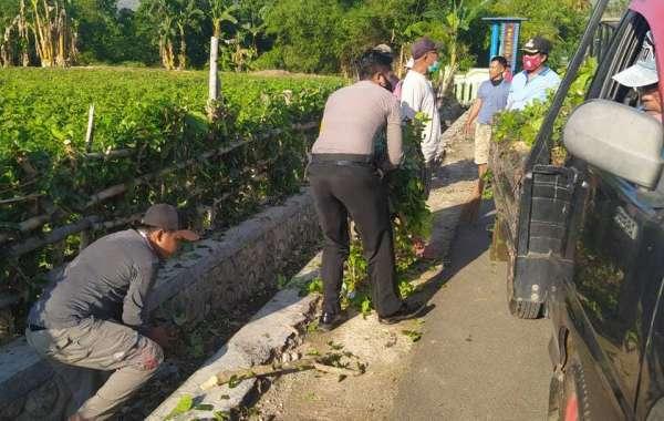 Luarbiasa, Bhabinkamtibmas di KSB Rela Masuk Selokan Bantu Warga Siapkan Lomba Kampung Sehat