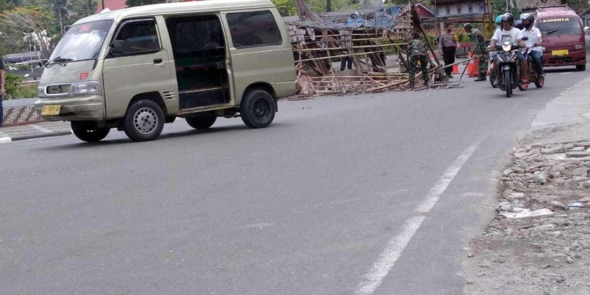 Main Bongkar Fasilitas di Plaza Kolam Makale, Pjs Bupati Tana Toraja Disorot Penggiat LSM