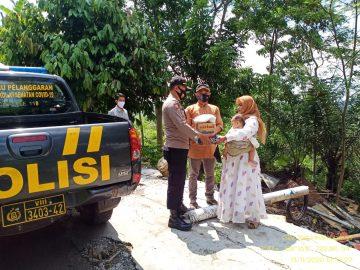 Kapolsek Pancatengah AKP IWAN SUJARWO, Memberi Santunan Berupa Sembako Terhadap Warga Korban Longsor,Di Wilayah Pancatengah Tasikmalaya. | TIPIKOR