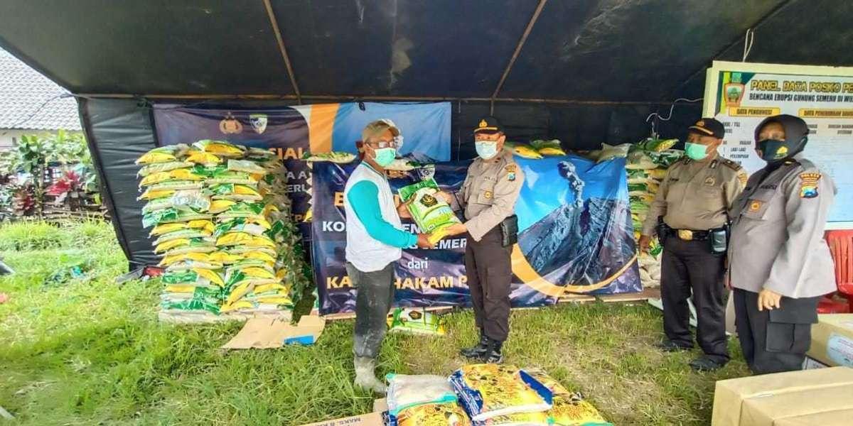 Kabaharkam Polri Kirim Bantuan 5 Ton Beras & 15 Ribu Masker untuk Pengungsi Erupsi Gunung Semeru