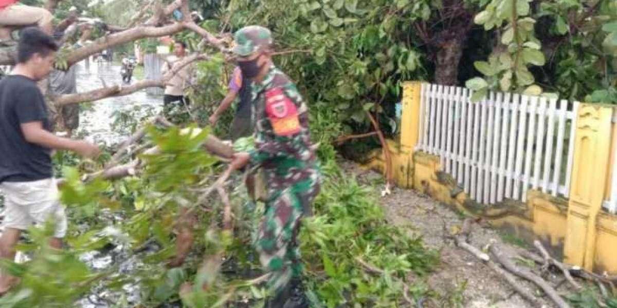 Puting Beliung di Kollosoha, Koramil Tomia Bantu Buka Akses dan Perbaiki Rumah Warga