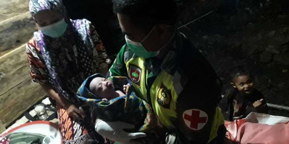 Aksi Heroik Tim Kesehatan Kodam Hasanuddin Jadi Bidan di Pengungsian