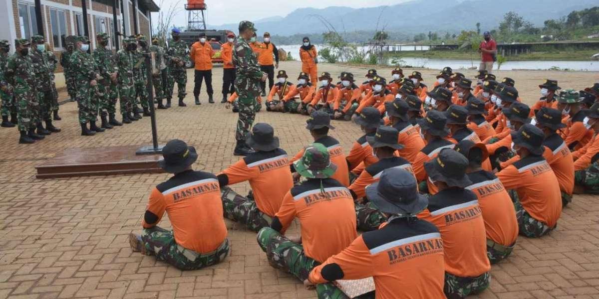 Kasrem 062/Tn Dampingi Kasdam III/Slw Tutup Giat Latihan Potensi SAR Kodam IIl/Slw Dengan Basarnas