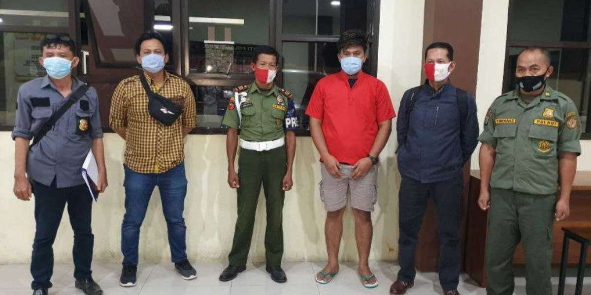 Penyidik Gakkum KLHK Serahkan tersangka Pembalakan Liar dari Luwuk Banggai ke Kejari Sengkang