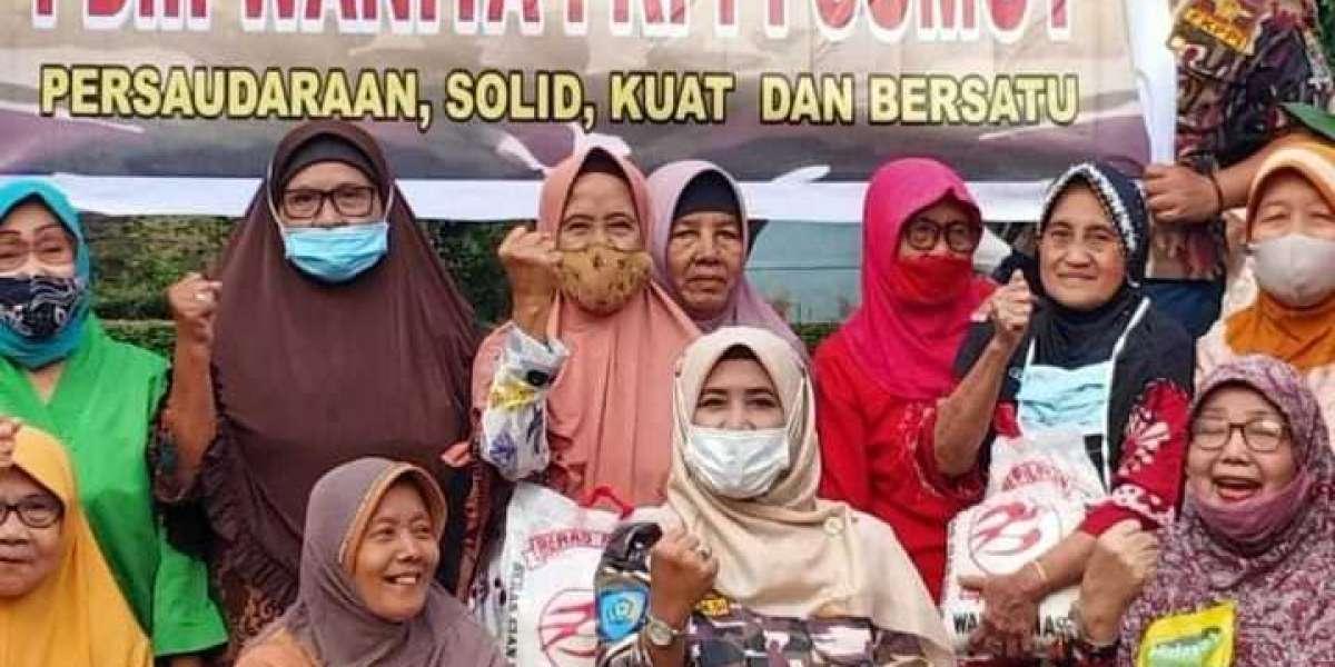 Ketua Wanita FKPPI Sumut Dahlia Bantu Janda Purn Masa Pandemi Covid 19 Di Asrama TNI AD Dan AU
